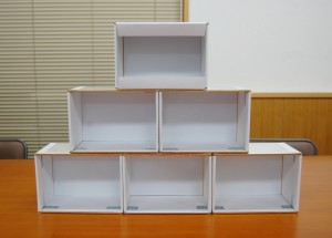 補強金具を付けた箱を一人一箱ずつ使います。